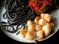 Flickr - cyclonebill - Stegte kammuslinger og kapers, spaghetti med blæksprutteblæk og tomatsauce med squash.jpg