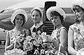 Franse filmster Capucine (2e van links). Aankomst Schiphol, Bestanddeelnr 913-8109.jpg