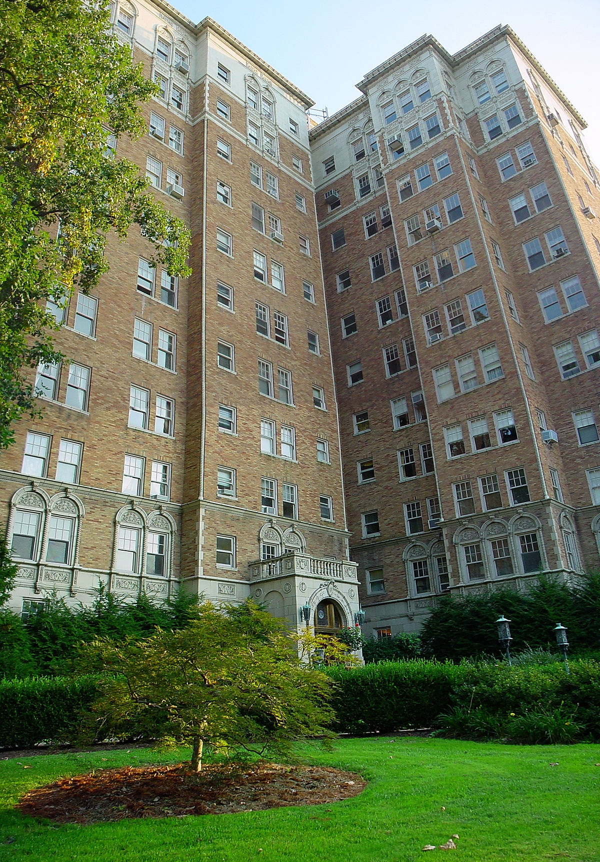Commodore Apartment Building (Louisville, Kentucky ...