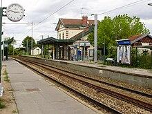 La gare vue depuis le quai pour Saint-Nom-la-Bretèche.