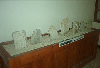 Bulla Regia Museum - Image: Groupe stèles musée bulla