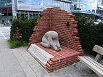 Hamburg-mundsburg-denkmal-bombenopfer-inschrift-erneuert-2015.JPG