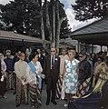 Het koninklijk paar in Jogyakarta met sultan Hamenkoe Boewono IX. Links mevrouw , Bestanddeelnr 254-9031.jpg