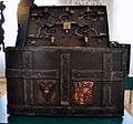 Holztruhe mit Eisenbeschlägen mit Wappen Stadtmuseum Weingarten.jpg