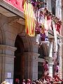 Igualada 2013 - Pilars dels Moixiganguers - Terços pujant al balcó.JPG
