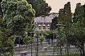 Il Colosseo con gli alberi e fiori.jpg