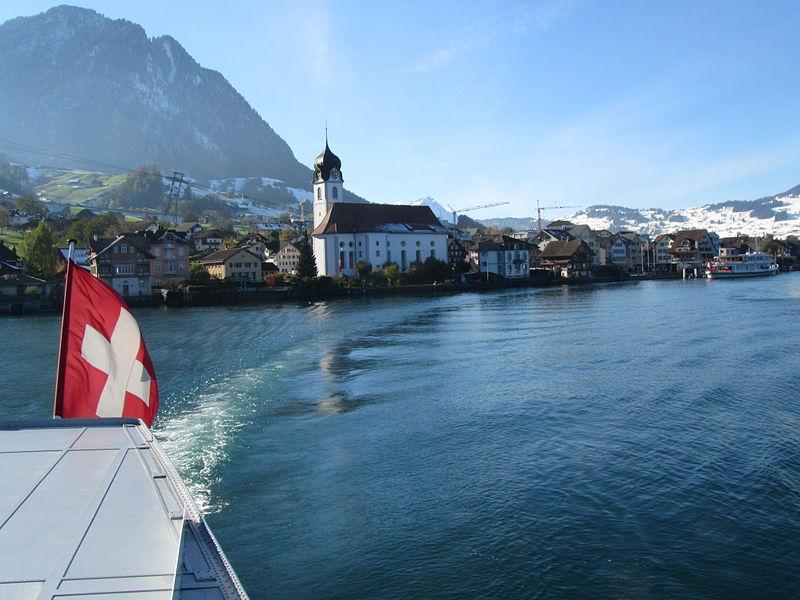 File:In See stechen und zurückblicken auf Beckenried.jpg