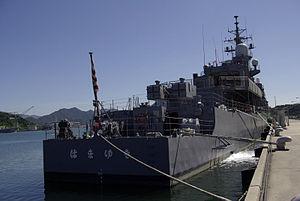 JS Hamayuki (DD-126) at Maizuru 02.jpg