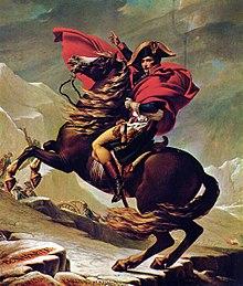 Un bărbat în uniformă, purtând o pălărie armată și înfășurat într-o pelerină lungă roșie, călărește pe un cal care crește.  Bărbatul arată cu degetul în față, bărbați înarmați pe fundal urcând un munte.