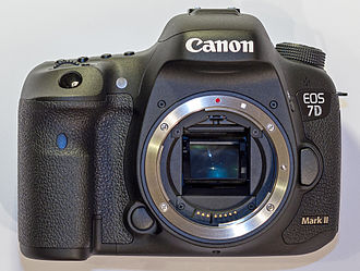 Canon EOS 7D Mark II - Image: Jan 2015 Canon EOS 7D Mark II Body Crop