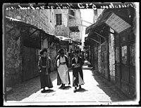 Jerusalem Juifs Se Rendant au Mur des Lamentations (2677551315).jpg
