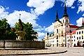 Jihlava, Masarykovo náměstí, Neptunova kašna a kostel sv. Ignáce z Loyoly.jpg