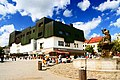 Jihlava, Masarykovo náměstí, obchodní dům Prior a kašna bohyně Amfitríty.jpg