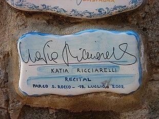 La piastrella del Muretto di Alassio autografata dalla Ricciarelli
