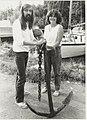 Kees en Marijke Hoffman met hun ( vermoedelijk uit 1883) in de Mooie Nel gevonden anker. Bij Jachthaven A. Peetoom, Penningsveer 4 A, NL-HlmNHA 54016590.JPG