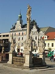 Sloup se sochou Panny Marie Immaculaty se čtyřmi sochami světců
