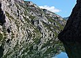Komani See Wasserspiegelung 2.jpg