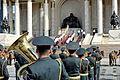 Kompania honorowa na schodach parlamentu podczas święta Naadam w Ułan Bator 05.JPG