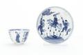 Kopp och fat av tunt porslin med blå underglasyrmålning. Fatet med fanbärare, ryttare och fotsoldat - Skoklosters slott - 93296.tif