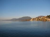 Lac de neuchâtel et montagne de boudry.jpg