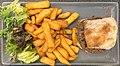 Le Café Neuf (Belley), hamburger, salade et frites, vue de haut.jpg