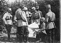 Le roi de Roumanie et le général Averescu suivent le déroulement du combat sur une carte, avec le Service géographique de l'armée - Médiathèque de l'architecture et du patrimoine - AP62T123171.jpg