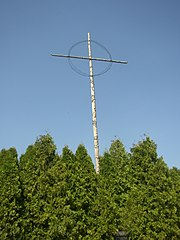 Prostý kříž s trnovou korunou z ostnatého drátu se stal symbolem Lidic