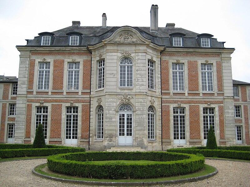 Le Palais du Haut-Doyenné de Lisieux, construit en 1769 pour le Haut-Doyen du chapitre de la cathédrale de Lisieux, abrite depuis 1985 l'école nationale de musique et de danse de Lisieux. Ici, la façade sur jardin.