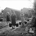Lohke, gospodinje nosijo mleko 1965.jpg