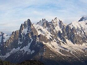 Le guglie di Chamonix. I primi tentativi di raggiungere la vetta del Monte Bianco ebbero inizio nel 1741 - con gli inglesi Pococke e Windham: salendo da Chamonix, raggiunsero il ghiacciaio che denominarono mer de Glace.