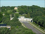 The Memorial Drive leads from the Lincoln Memorial, across the Potomac River, to the entrance to Arlington National Cemetery, and the portico of Arlington House is visible at top.