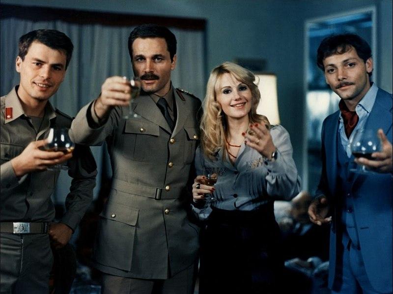 Les acteurs italiens Michele Placido, Franco Nero, avec les acteurs français Miou-Miou Patrick Dewaere lors du tournage du film italien Victory March (Marcia trionfale) en Italie, 1975. | Photo : Wikimedia.
