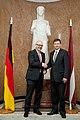 Ministru prezidents Valdis Dombrovskis tiekas ar Vācijas Šlēzvigas – Holšteinas federālās zemes premjerministru Torstenu Albigu (8717053414).jpg