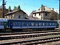 Nádraží Praha-Vršovice, provozní budova čp. 305 a osobní vůz.jpg