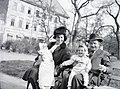 Négyen egy Erzsébet téri padon, 1946. - Fortepan 105192.jpg