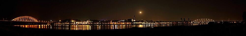 Zicht op Nijmegen bij nacht vanaf Lent op de Veerdam