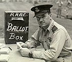 Ian McLachlan como comandante da Asa N.º 73 na Ilha Goodenough, Nova Guiné, preparando-se para votar nas eleições federais australianas, por volta de Agosto de 1943