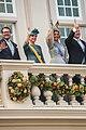 Op het balkon zwaaien tijdens prinsjesdag met het koninglijk paar en enkele familie leden.jpg