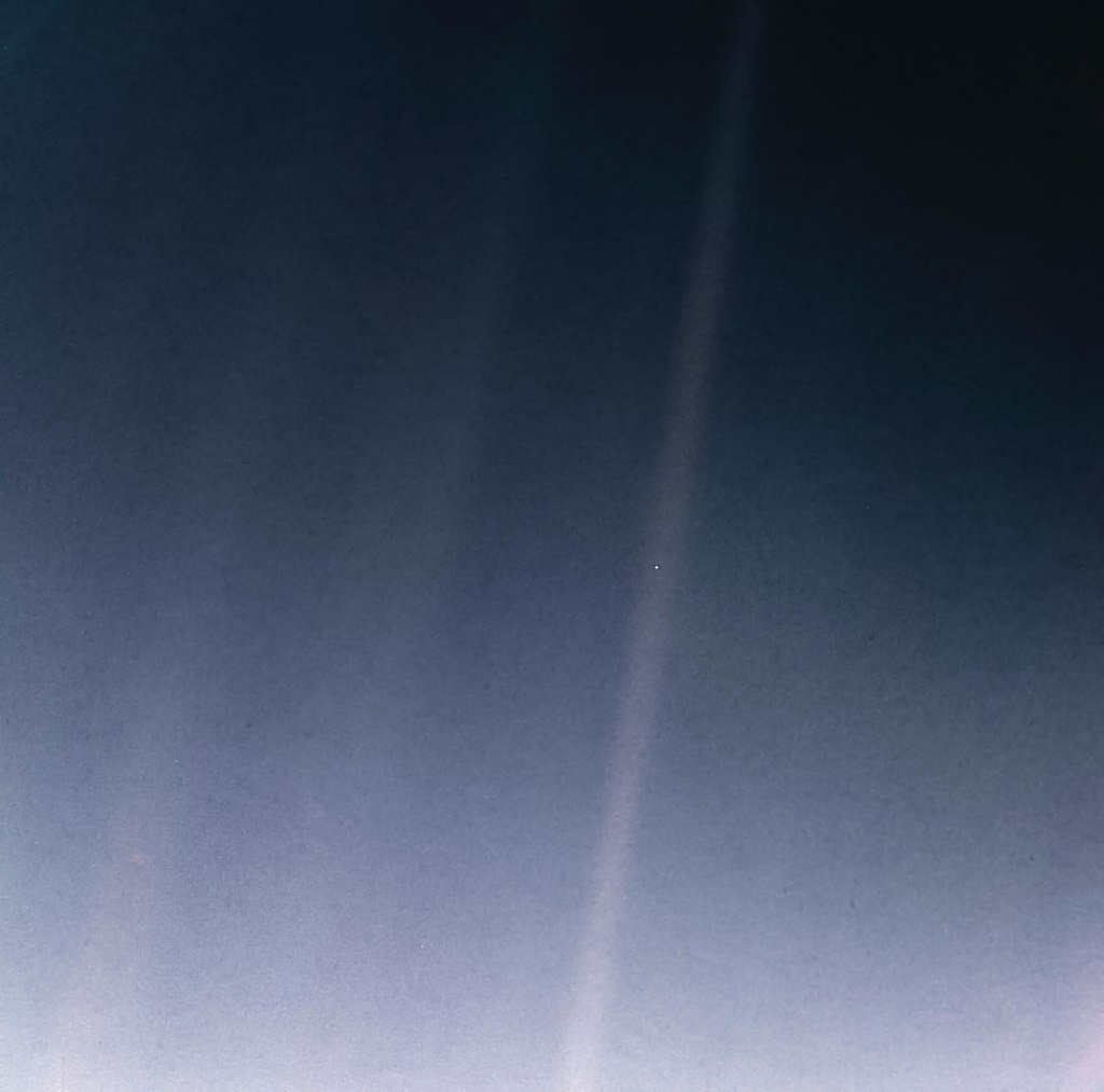 ASTRONOMÍA - Página 9 1024px-PIA23645-Earth-PaleBlueDot-6Bkm-Voyager1-orig19900214-upd20200212
