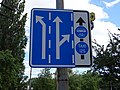 Pardubice, Sukova třída, značka řazení v jízdních pruzích a vyhrazeného pruhu.jpg