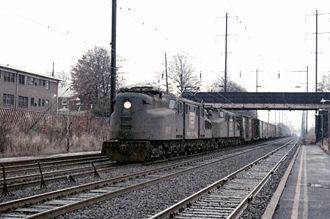 Due GG-1, quando ancora erano in servizio con la Penn Central, prima di servire alla Amtrak.
