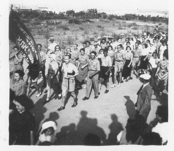 מצעד פועלי אתא באחד במאי 1937