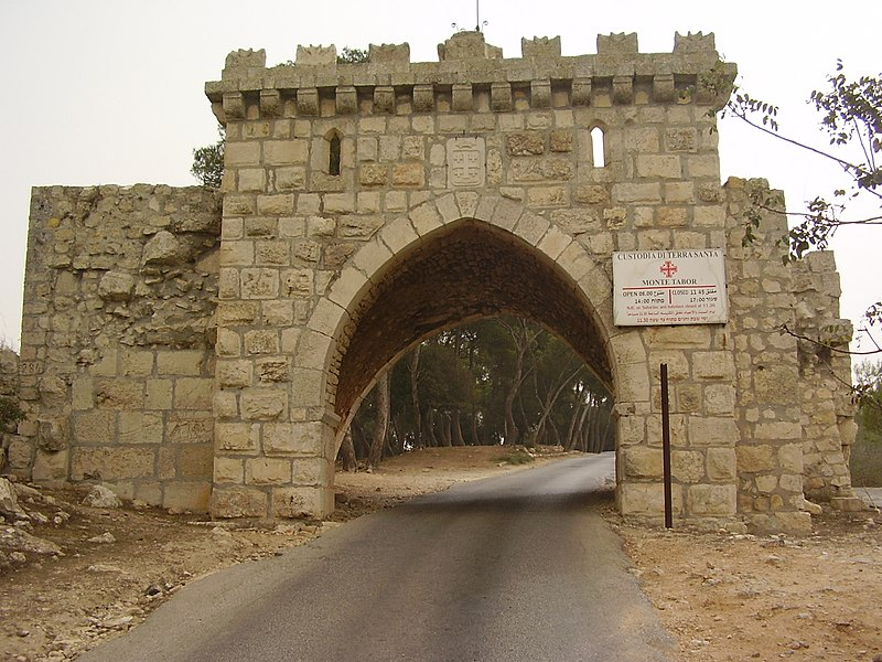 שער הכניסה לכנסייה הקתולית בהר תבור