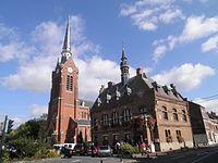 Place du 8 mai à Laventie, église Saint-Vaast et Hôtel de Ville.JPG