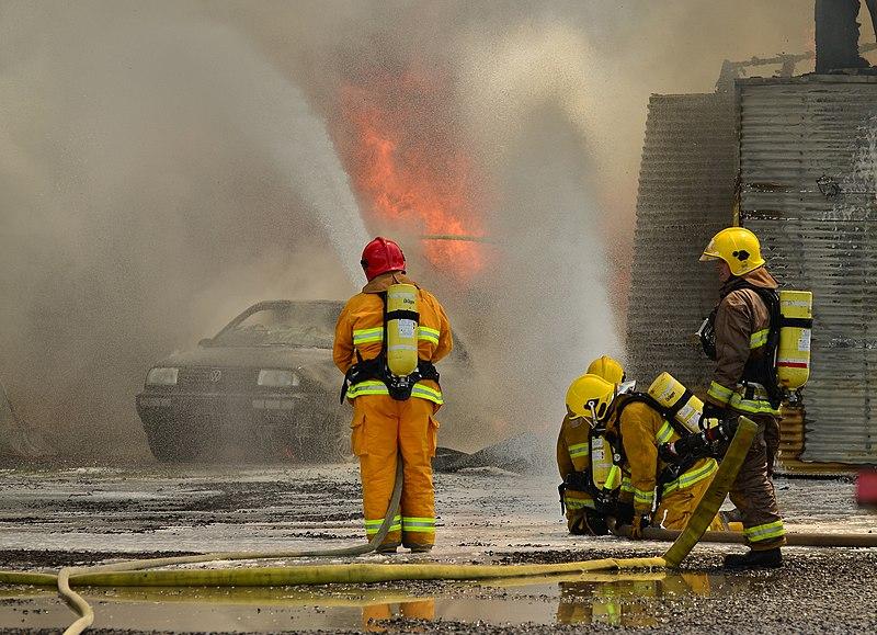 Des pompiers qui combattent les flammes | Photo : Wikimedia Commons.