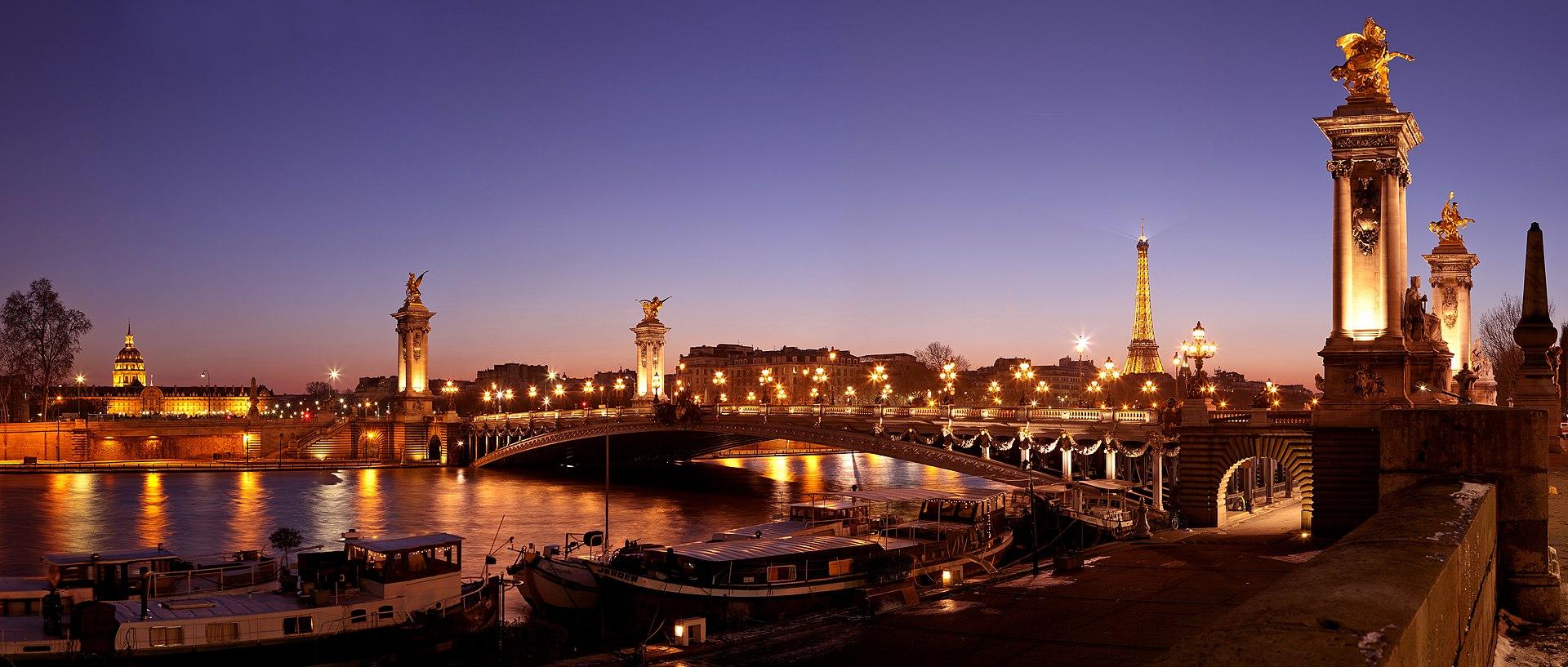 Le pont Alexandre-III, la Seine et l'hôtel des Invalides à Paris.  (définition réelle 6000×2553)