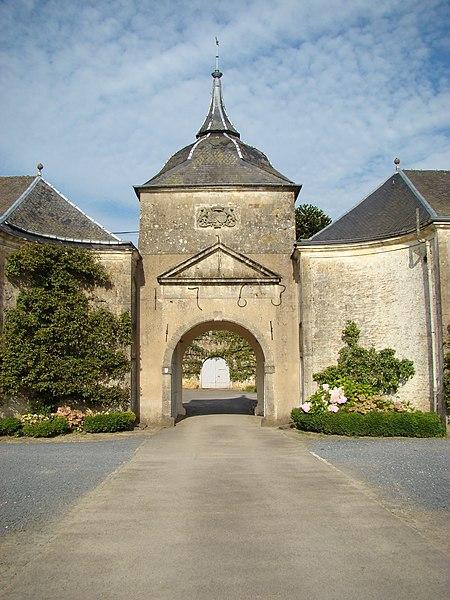 Daté de 1763 il est au centre de deux bâtiments y attenant; il donne sur une deuxième cour, le corps de logis  se voit à droite de cette cour.