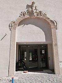 Porte avec bas-relief dans la lour des Granges.jpg
