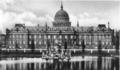 Potsdam, Stadtschloss und Karpfenteich mit Neptunbrunnen bestehend aus Meeresgott Neptun mit seiner Frau der Meeresgöttin Thetis (oder Amphitrite genannt) und blasenden Tritonen (2).png