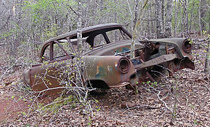 English: Rusted car in Providence Canyon State...